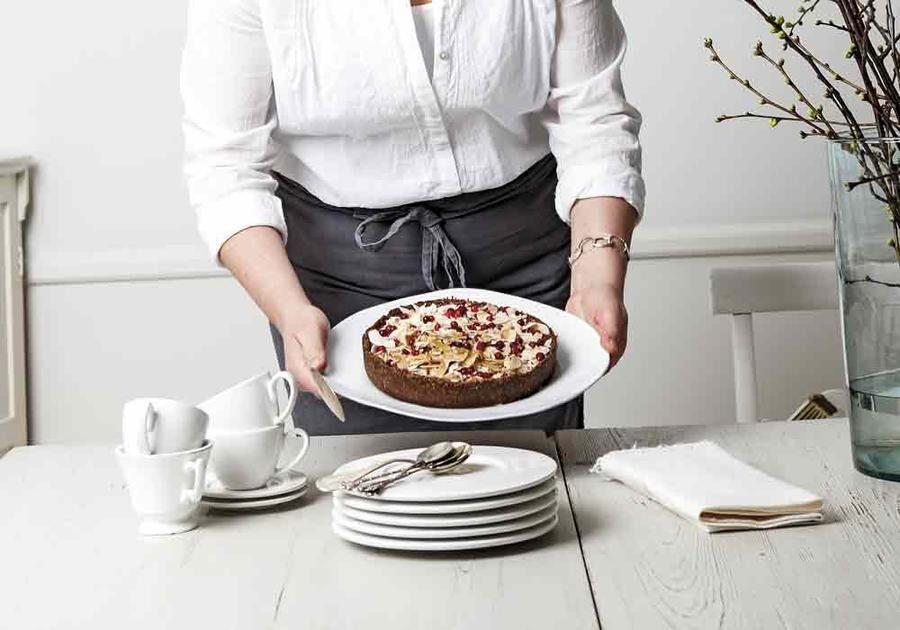 Den här kakan måste inte in i ugnen, men du behöver börja i tid, eftersom den ska stå i minst tre timmar i kylen innan du kan servera den.