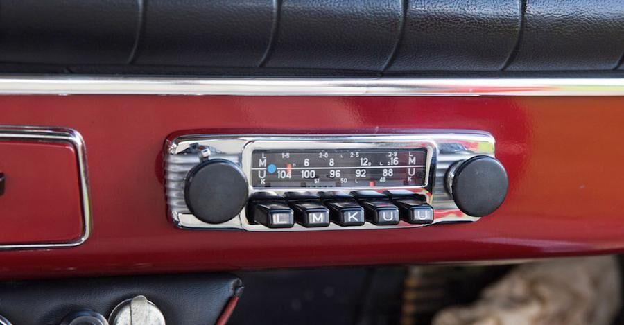 Originalradion, som funkar fint, precis som allt annat o bilen.