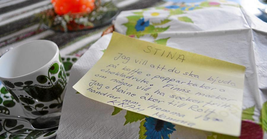 Lappen med fikainstruktioner på köksbordet hemma hos Stina Stoors mamma.