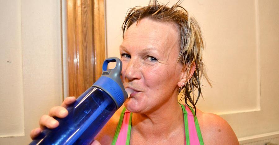 Marja-Riita Tenevall är en av fyra som regelbundet leder träningspassen i den gamla gymnastiksalen i Juoksengi.