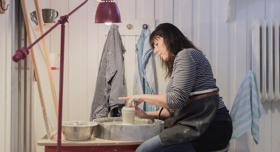 Lisbeth älskar sitt jobb vid drejskivan .