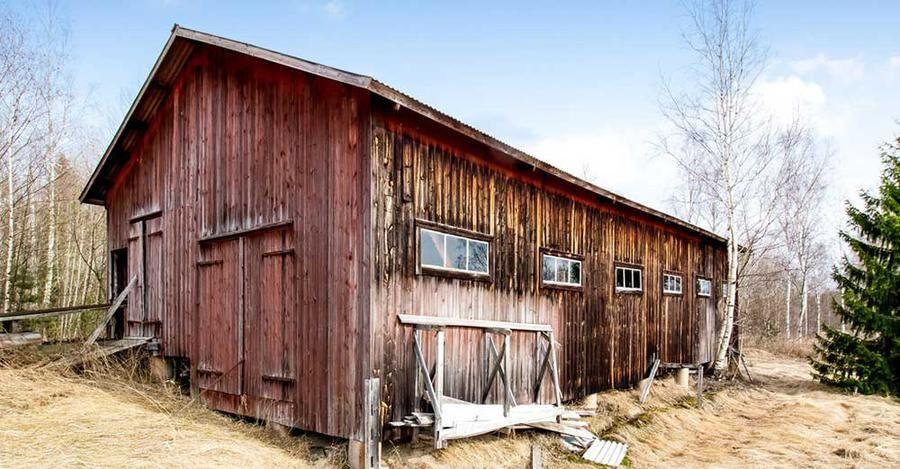 Stort murat garage med plats för tre bilar.