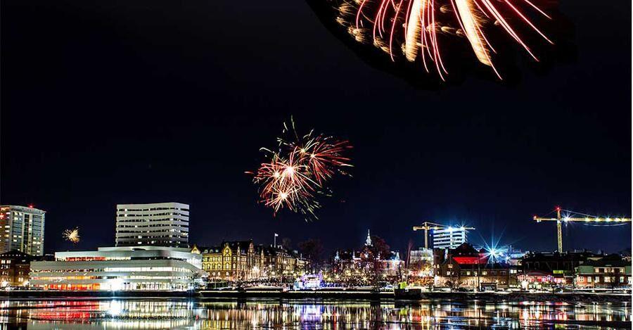 Nyårsfyrverkerier över Umeå.