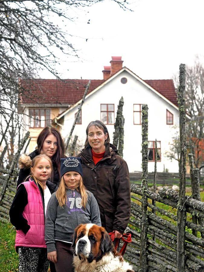 Kristina driver ekologiskt turistföretag på släktgården Ingebo. Här med döttrarna Maria, 16 år, Lovisa, 9 år, och Jenny, 11 år, och hunden Charlie.