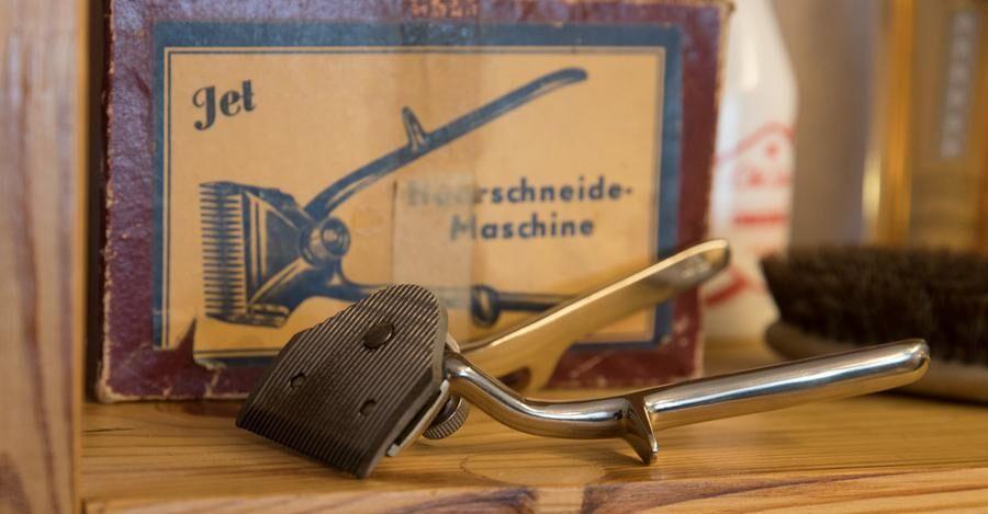 Den handdrivna klippmaskinen luggade lite, minns Folke Forsberg.