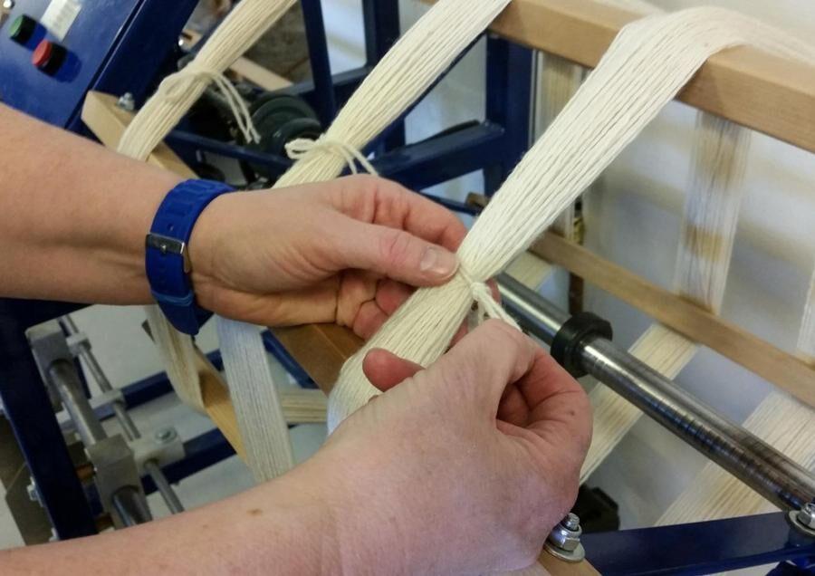 När garnet är tvinnat härvas det i en härvelmaskin med räkneverk, motsvarande forna tiders knäppkärvel. Sedan binds härveln samman för hand.