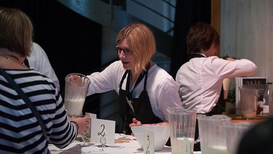 Mjölken, viktigaste råvaran för ostarna som produceras. Foto: John Guthed.