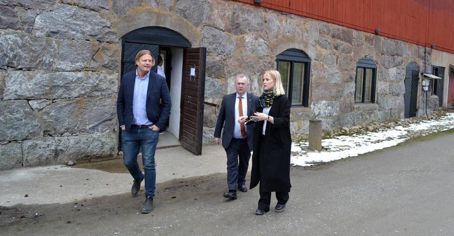 Sven-Erik Bucht på väg ut från den gamla ladugårdsbyggnaden på Blaxsta vingård.
