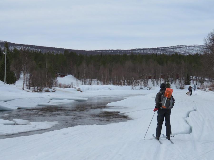 Nehej, här har värmen saboterat. Att åka skidor på Vindelälven långt uppe i Lappland brukar gå bra i april. Men vintrarna blir allt varmare tyvärr.