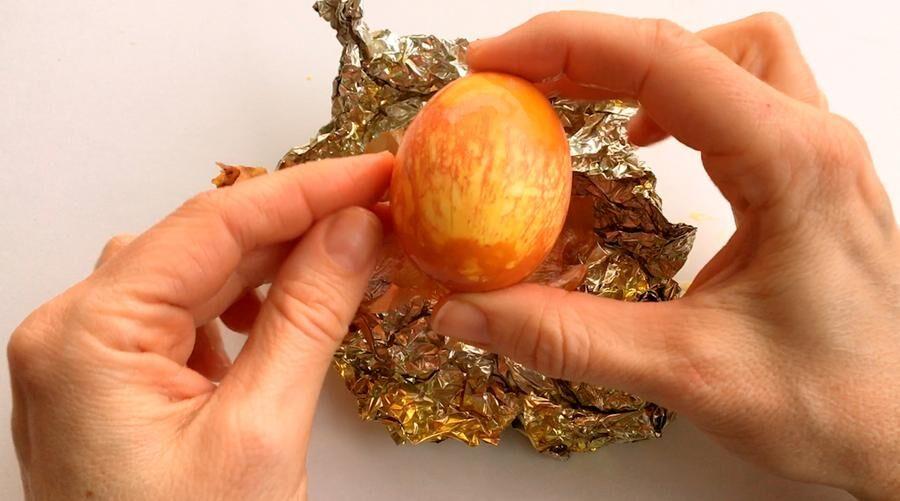 Färga ägg med lökskal.