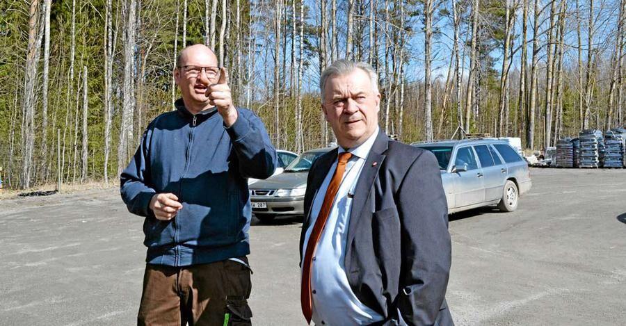 Landsbygdsminster Sven-Erik Bucht får de olika växthusen utpekade för sig av ägaren Mikael Johansson.