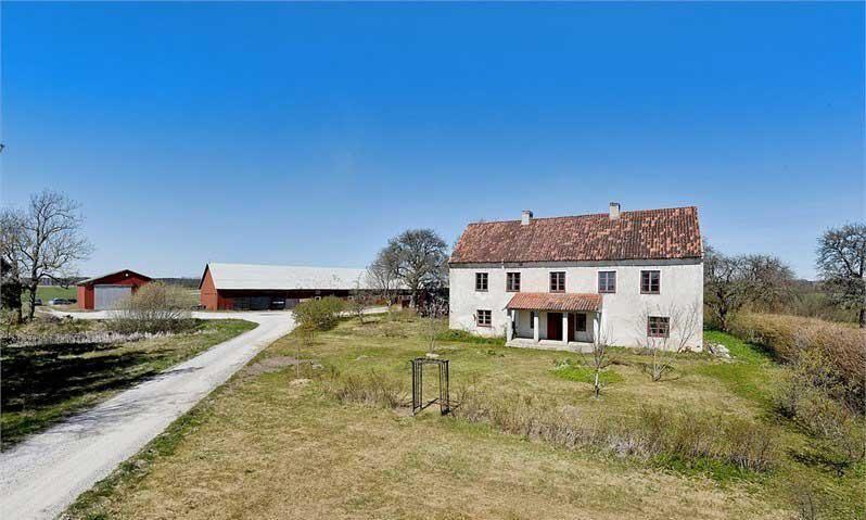 Gården ligger i Gotlands norra inland.