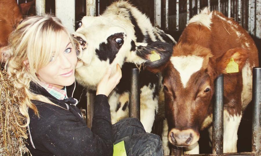 Elin Svärdh älskar sina kor. Hennes film har gjort viral succé.