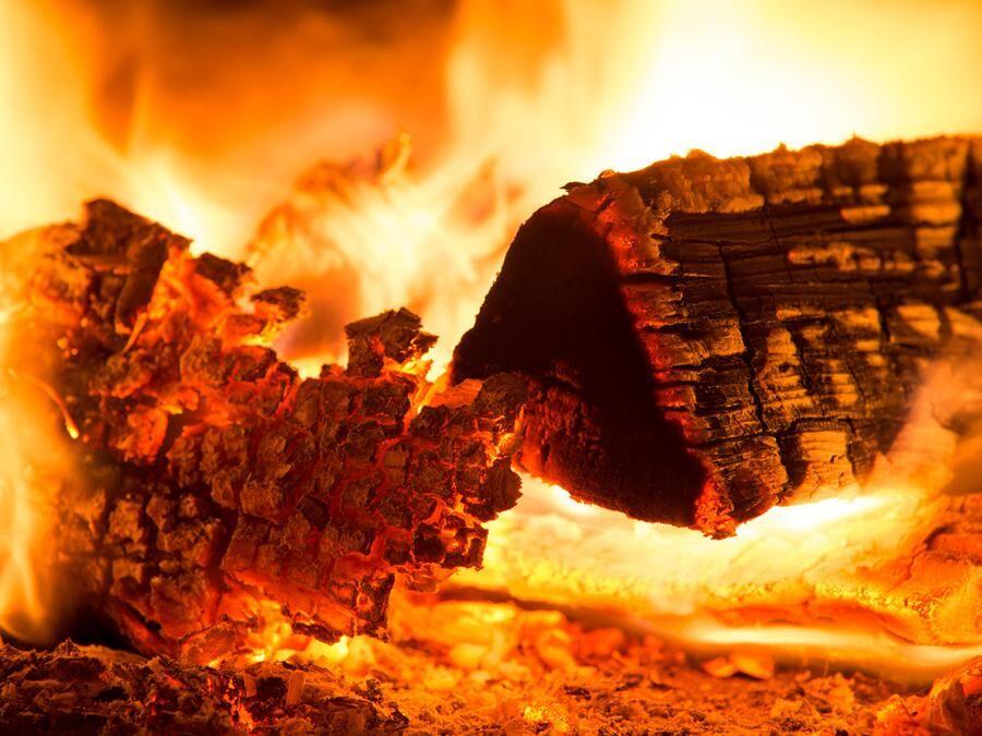 Torr ved av lövträd brinner lugnare och glöder längre.
