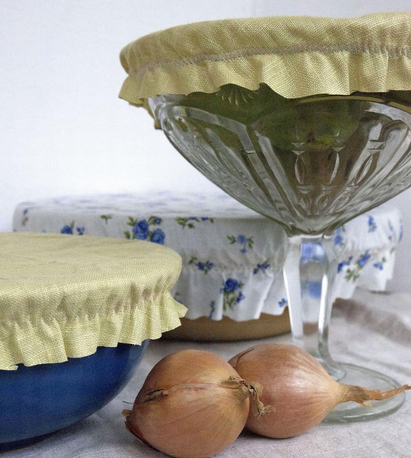 Hemsytt och plastfritt. En liten luva till skålen hålls på plats med resårband. Foto. Kristina Bäckström