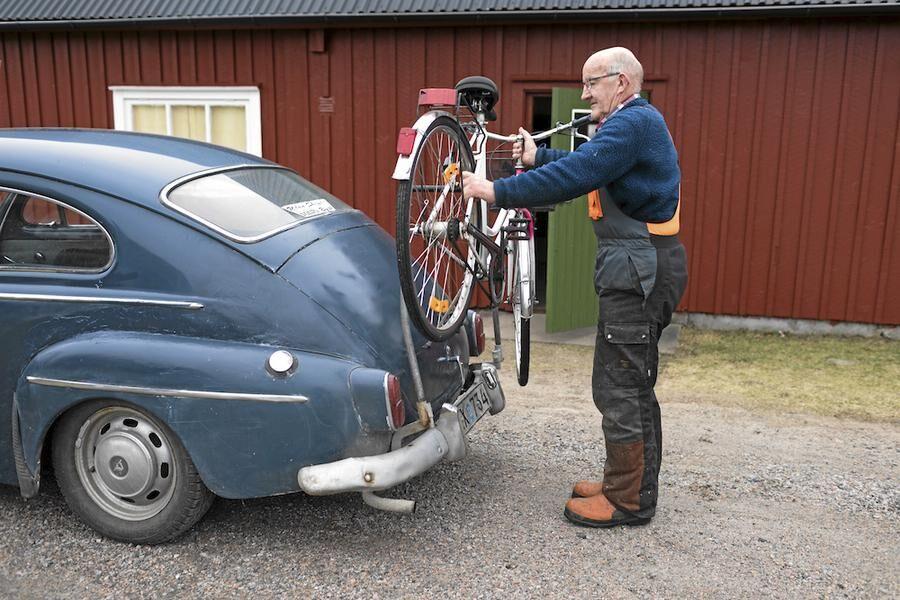 Kjell visar sin egentillverkad cykelhållare!