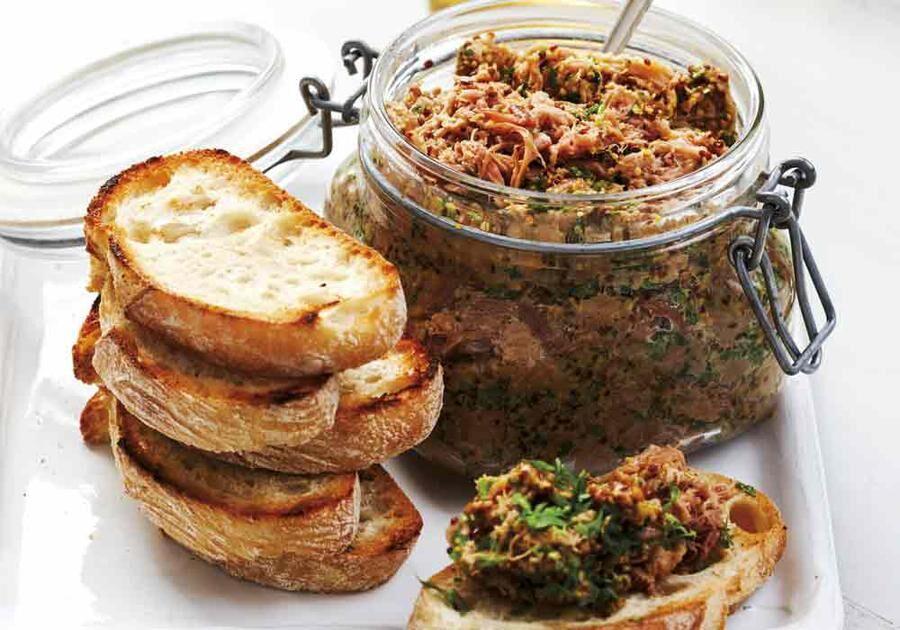 Rillette på lamm är så gott. Servera den med nyrostat bröd, helst av surdegstyp, och cornichoner. Gott med lite persilja till också!