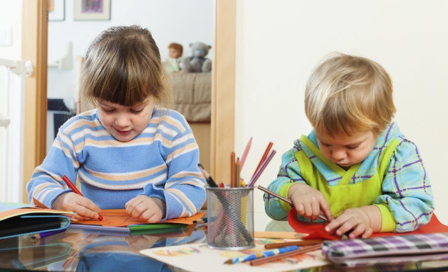 Pyssla och rita kan vara kul för de mindre barnen när de blir lite piggare.
