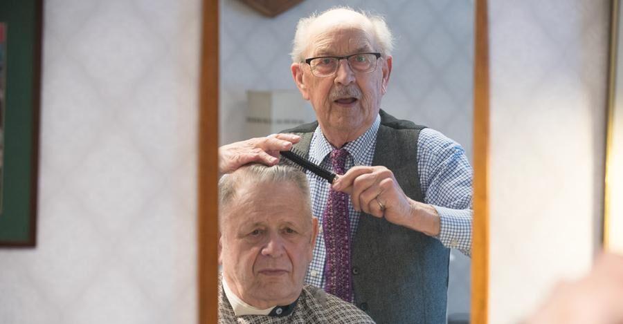 I Folke Forsbergs frisörstol får Ove Ljung en ny frisyr.