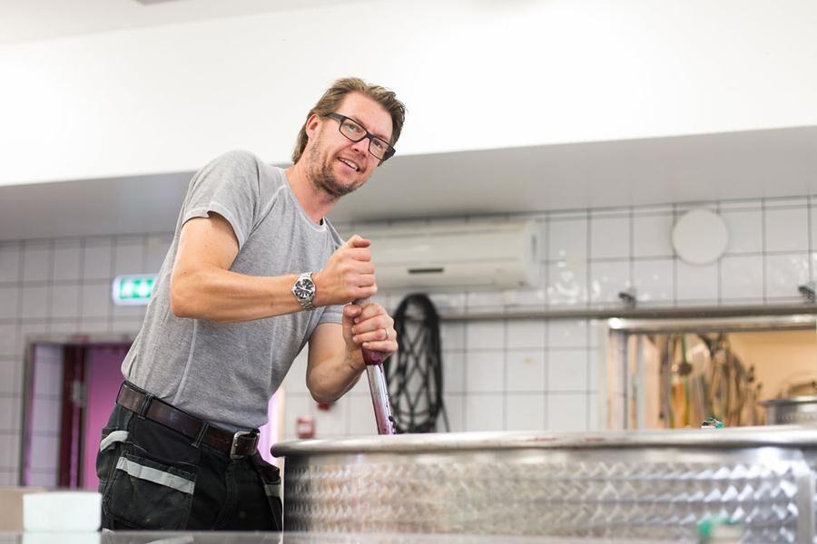 Martin Rosvall Hansson, ägare och ansvarig för vinproduktionen. Foto: Josefin Widell Hultgren