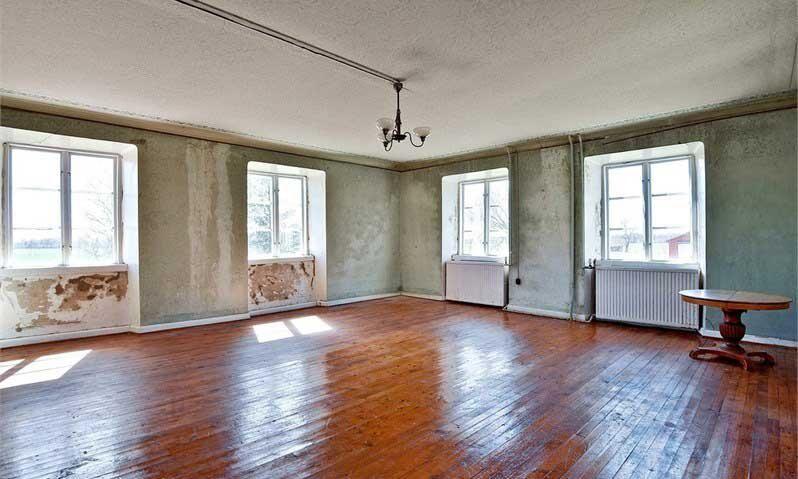 Vardagsrum eller sal som man oftast säger på Gotland. Här finns sex stora fönster.