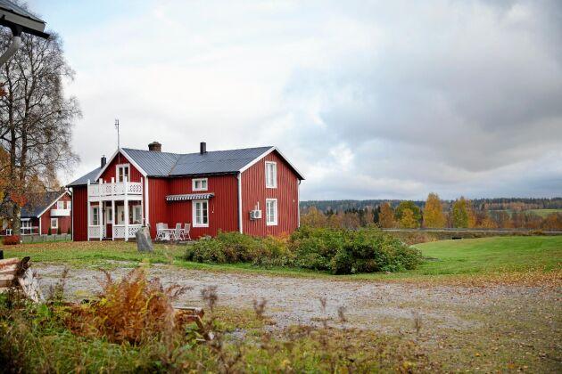 Från huset syns den vidsträckta dalen och bortom den börjar gårdens skog.
