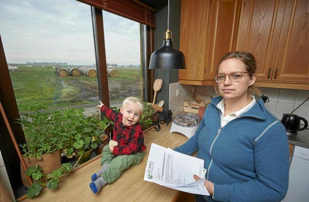 Här från sitt köksfönster kan Sandra Lindström och sonen Leo se var det brittiska bolaget vill provborra efter vanadin. Platsen ligger bara 400 meter från deras hus.
