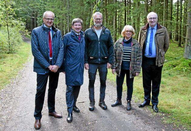 Två timmar i skogen för Palle Borgström, LRFs ordförande, Lars Idermark, vd Södra, Caspar Sandgren, skogsägare, Torstorp, Lena Ek, ordförande Södra samt Phil Hogan, EUs jordbrukskommissionär.