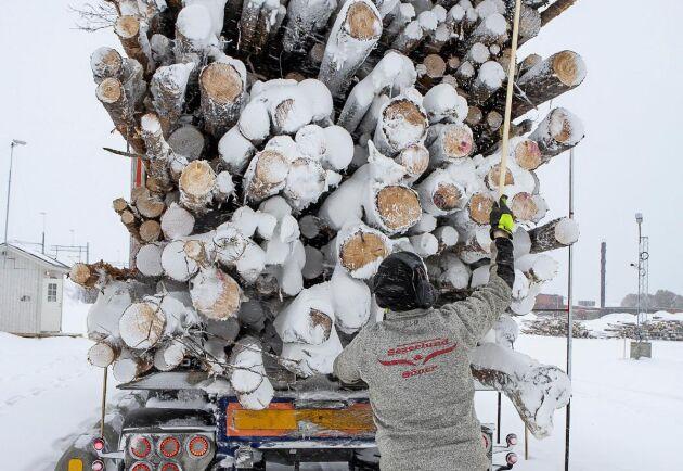 Kristoffer Granström sopar rent från snö.