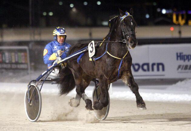 Järvsöfaks avskedslopp 2009. Kallblodshästen Järvsöfaks gjorde tillsammans med sin tränare och kusk Jan-Olov Persson sin sista start i karriären på Rommetravet i Borlänge. Arkivbild.