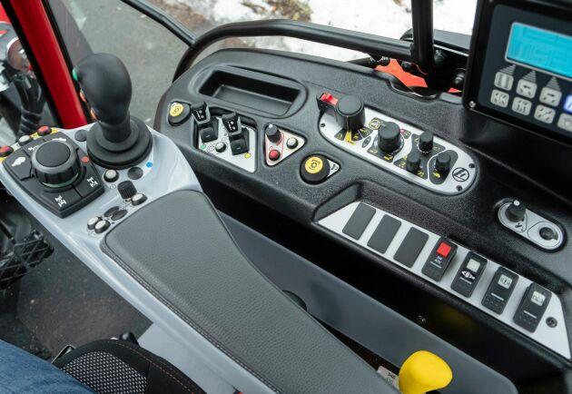Tyvärr sitter många av reglagen på traktorns innerskärm istället för på armstödet.