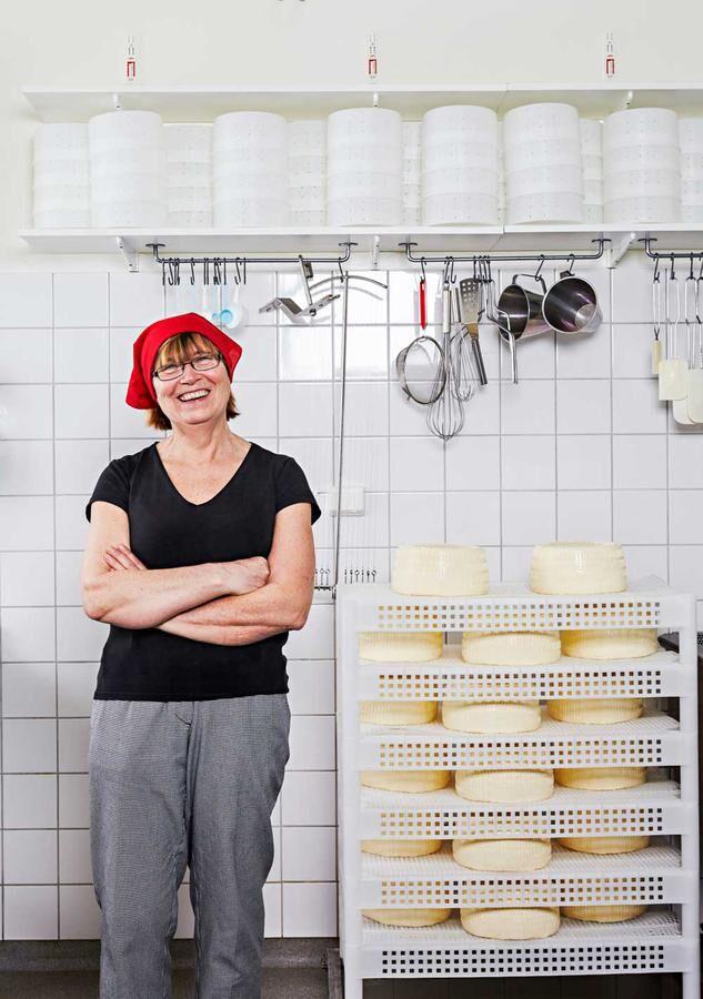 Inger Wallin sadlade om från kemist till mejerist. Foto: Klas Sjöberg