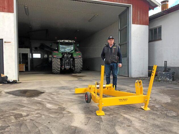 Prisad uppfinning. Lantbrukaren Anders Olsson i Vassmolösa har konstruerat en lyftram för säkrare och snabbare hjulbyten på traktorn.