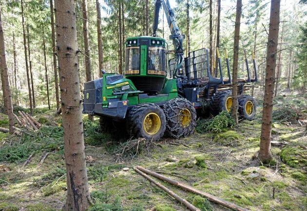 Här visas John Deeres nya skotare 1010G upp i gallringsskogen utanför Reftele i Småland.