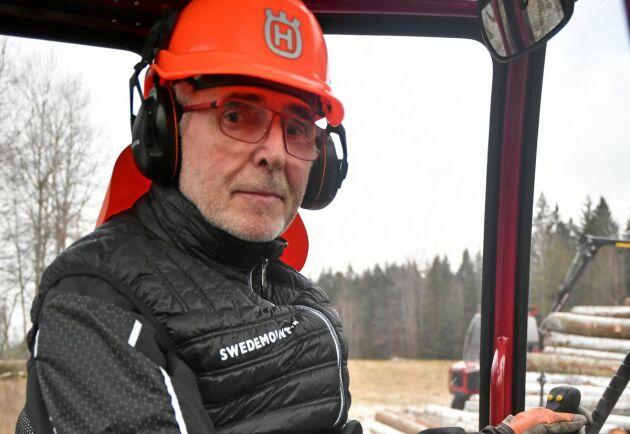 Lars Jansson byggde den första Alstorn 1998. Han fick en stroke för några år sedan, men det hindrar honom inte för att köra sin Alstor hemma på gården Kikerud.