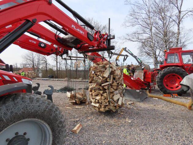Veden lastas i säckar på 1,5 kubikmeter och det är två traktorer som sköter mottagningen. Det innebär att vedmaskinen kan gå hela tiden.