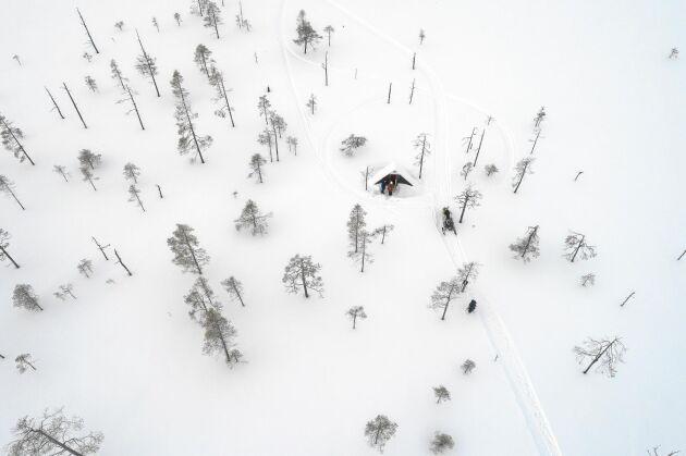 Bara vinteröppet. Sommartid är det svårt ta sig över den blöta myren till den lilla tallhöjden där självbetjäningskiosken står.