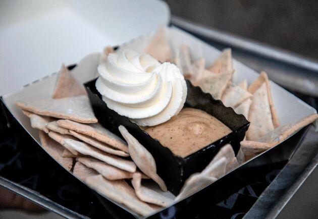 En nachosemla består av vetechips med kardemumma som du doppar i grädde och mandelmassa. Här är receptet!