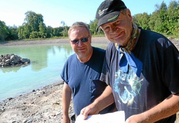 Jan-Eric Larsson och Ingvar Edvardsson visar på kartan var den gamla dammen låg som nu blir tre dammar.