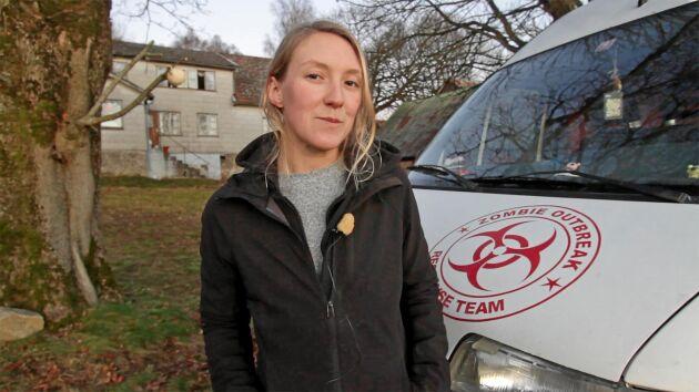 29-åriga Emilia Lindholm framför sin ödegård hon köpte för 35000 kronor.