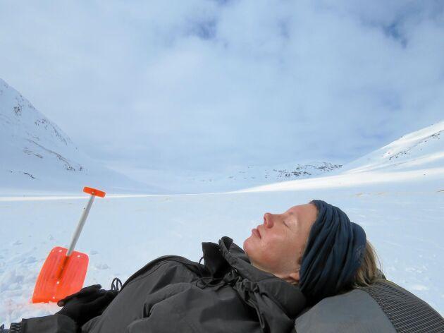 Vårvintersolen kan värma skönt och det är härligt att skotta till en skön plats att rasta på. Solskydd behövs! Detta är i Syterdalen nordost om Hemavan i Lappland.