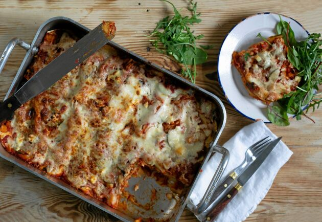 Lasagnen kan med fördel frysas in i matlådor till veckornas luncher.