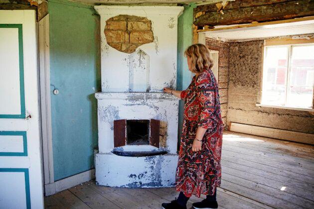Rummen och kakelugnen i gammelhuset är vackra men i stort behov av renovering.