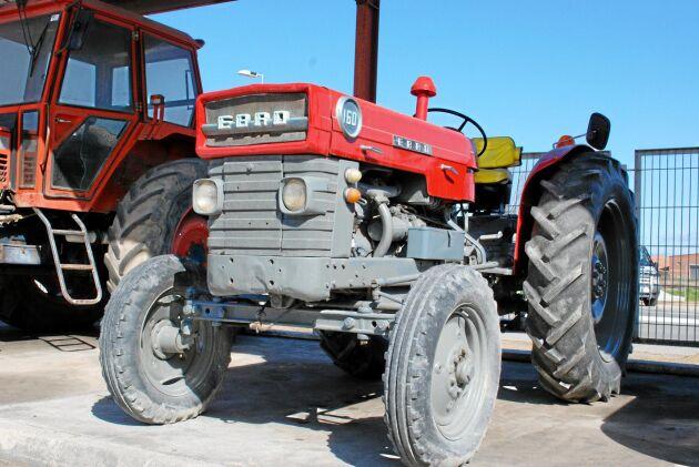 Den inhemska traktortillverkaren Motor Ibérica tog fram märket Ebro i samarbete med utländska tillverkare. Till utseendet liknar denna Ebro 160 en MF men skalet under är det en Fordson.