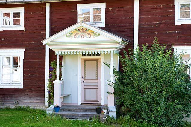 Vackert målad entré till Hälsingegården Ola-Anders i Alfta. Foto: All over press