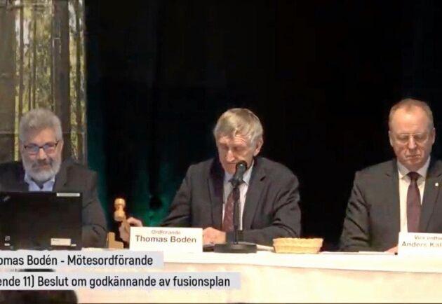 Stämmoordförande Thomas Bodén, mitten, klubbar Norrskogs ja till en sammanslagning med Norra Skogsägarna. Till vänster Olov Söderström, Norrskogs VD, och till höger Anders Källström, vice stämmoordförande och även nyvald ordförande för sågverksföretaget Setra.
