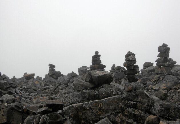 Fjälltoppen Vierramvare, nära Kebnekaise, är en av landets högst belägna platser med massförekomst av stenrösen. 1711 meter över havet står hundratals uppbyggda formationer.