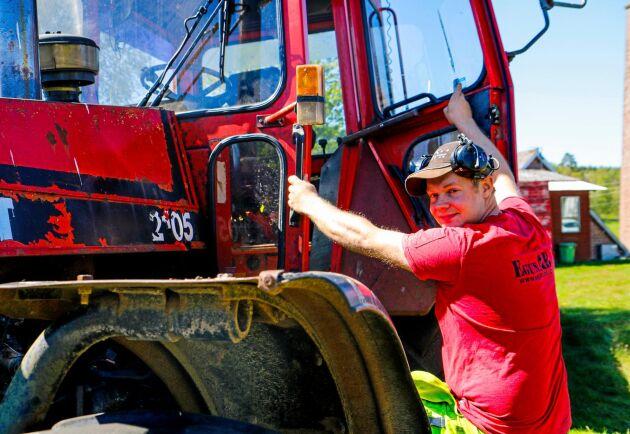 Stig in! Christoffer Larsson klättrar gärna in i hytten på den gamla Valmet-traktorn. Volvosexan under huven mullrar dovt.