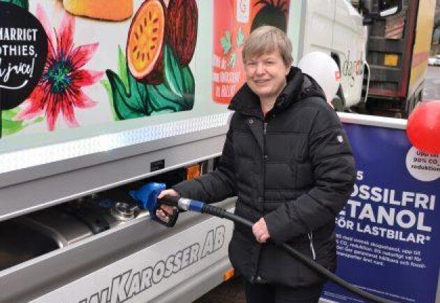 Axfoods hållbarhetschef Åsa Domeij tankar bolagets nya lastbil med skogsetanol.