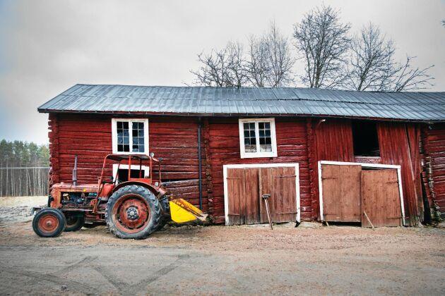 Den gamla ladan är en av byggnaderna på gården, som förr var en av de större i trakten.